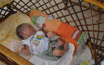 Trẻ sơ sinh 5 ngày tuổi bị bỏ rơi trước cổng chùa