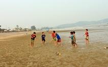 Ngày hè sôi động ở bãi biển Hải Thanh