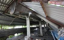 Bãi giữ xe chợ Sắt bất ngờ bị kéo sập mái