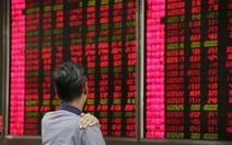 Kinh tế Trung Quốc diễn biến xấu, cổ phiếu lại sụt giá