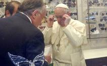 Khi đức Giáo hoàng đi...mua kính