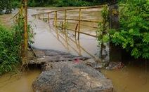 Sập cầu bắc qua Sông Buông, học sinh đi vòng ra quốc lộ