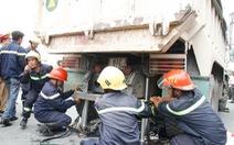 Lính cứu hỏa nâng xe ben đưa xác cụ ông bị cán nát ra ngoài