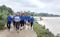 Nước lũ rút, thanh niên về xóm giúp dân