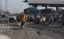 Bùn đất tràn trên xa lộ, xe cộ loạn xạ tìm đường né