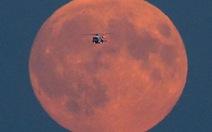 Nhờ ai mà trăng sáng?