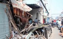 Xe rác bất ngờ tông sập ba căn nhà trên đường Sài Gòn