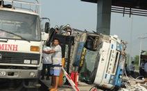 Clip xe tải húc thẳng vô cabin trạm thu phí Chợ Đệm