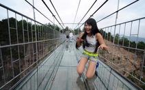 Cầu đáy kính ở Trung Quốc vừa dùng đã nứt, du khách tháo chạy