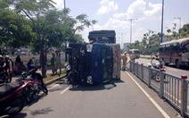 Xe tải nổ lốp lật nhào trên đại lộ Võ Văn Kiệt