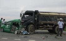 Xe tải tông văng xe taxi vào xe đầu kéo, 4 người thoát chết