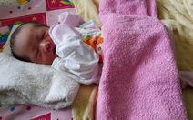 Bé trai sơ sinh 3 ngày tuổi bị bỏ rơi trên ghế đá