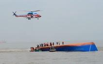 Hi vọng cứu 4 thuyền viên kẹt trong con tàu lật úp