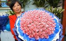 """Giám đốc tặng 99 """"đóa hồng"""" bằng tiền giấy cho nữ nhân viên"""