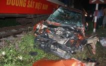 Ôtô băng qua đường sắt bị tàu tông nát, 4 người nguy kịch