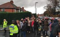 40 học sinh Anh đồng loạt ngã chưa rõ nguyên nhân