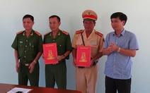 """Kon Tum:""""Thưởng nóng"""" lực lượng truy bắt nhóm cướp xe taxi"""