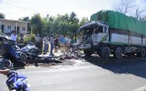 Hai xe tải nát bét sau cú tông cực mạnh, hai người tử nạn