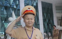 CSGT Đà Nẵng được khen vì giúp em bé bệnh ung thư làm CSGT