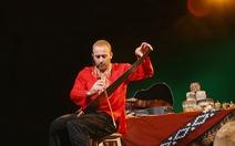 Nghệ sĩ Israel chơiđàn bầu và hát Bèo dạtmây trôi