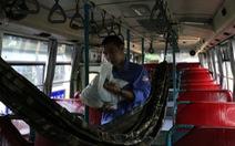 Nhân viên xe buýt lao đao vì giảm lương