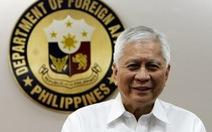 Ngoại trưởng Philippines tặng hết lương 2015 cho nhân viên
