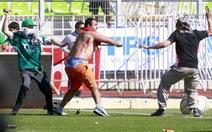 CĐV Chile đánh nhau đổ máu trên sân