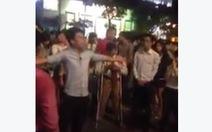 """Nhóm thanh niên """"chém gió"""" giữa phố đi bộ Nguyễn Huệ"""
