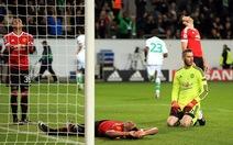 Thua ngược Wolfsburg, M.U chia tay Champions League