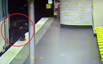 Video kẻ móc túi quay lại cứu nạn nhân rơi xuống đường ray