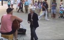 Cụ bà 77 tuổi nhảy múatrên phố tạo cảm hứng hạnh phúc