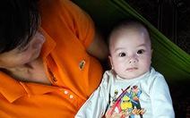 Bé trai 2 tháng tuổi bị bỏ trước nhà vợ chồng không con
