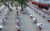 Làm bài kiểm tra ở sân trường