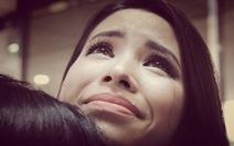 Phạm Hương khóc trong vòng tay của mẹ