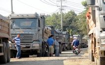 Dân dựng rào chắn phản đối xe chở đá làm nát đường