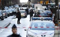 Pháp bắn chết kẻ cầm dao xông vào đồn cảnh sát Paris