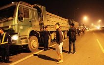 """Đoàn xe quá tải """"nằm vạ"""", chủ dọa đốt xe nếu bị cưỡng chế"""
