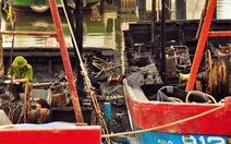 Hai tàu cá tiền tỉ bị lửa thiêu rụi trong đêm