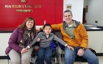 Kết thúc có hậu cho cậu bé bại liệt bị bỏ rơi ở Trung Quốc