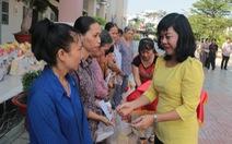 Tặng quà tết cho hộ cận nghèo và trẻ em khó khăn