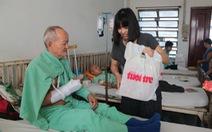 Tuổi Trẻ trao tặng 200 suất quà đến bệnh nhân nghèo