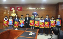 Bí thư Trung ương Đoàn tặng quà cho sinh viên nghèo