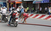 Hai phụ nữ ra đường chặn xe cán ống nước chữa cháy