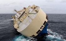 """""""Tàu ma"""" chở đầy gỗ đang lao thẳng vào bờ biển Pháp"""