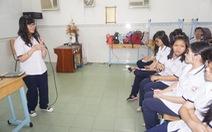 Học sinh tập viết sách
