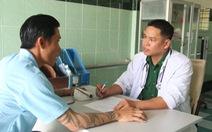 Người thầy thuốc nhẹ nhàng cho bệnh nhân bớt nặng nề