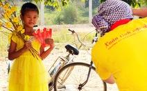 Sinh viên chụp ảnh tết cho trẻ em biên giới