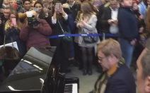 Xem Elton John trình diễn piano tại ga xe lửa