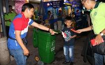 Lì xì 10.000 đồng cho ai bỏ rác vô thùng rác