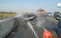 Xe hơi bốc cháy trơ khung trên đường cao tốc